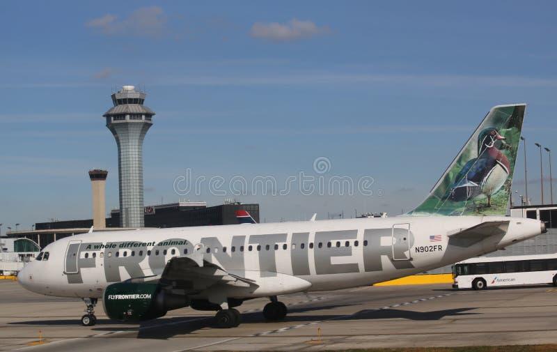 Aviões de Airbus 319 da fronteira que taxam no aeroporto internacional de O'Hare em Chicago foto de stock royalty free