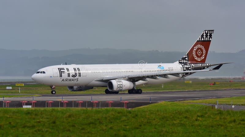 Aviões de Airbus A330 das vias aéreas de Fiji que taxiing no aeroporto internacional de Auckland foto de stock