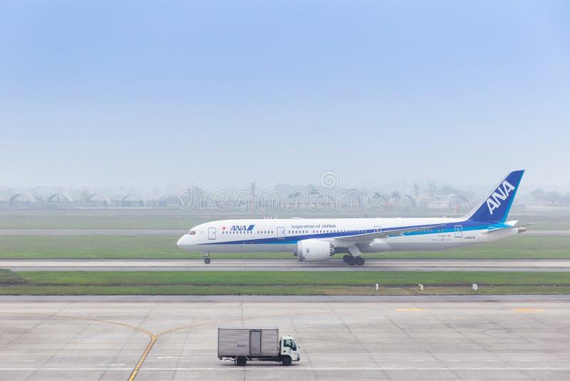 Aviões de All Nippon Airways ANA Japan que taxiing na pista de decolagem do aeroporto internacional de Noi Bai em Hanoi HAN, Viet imagens de stock royalty free