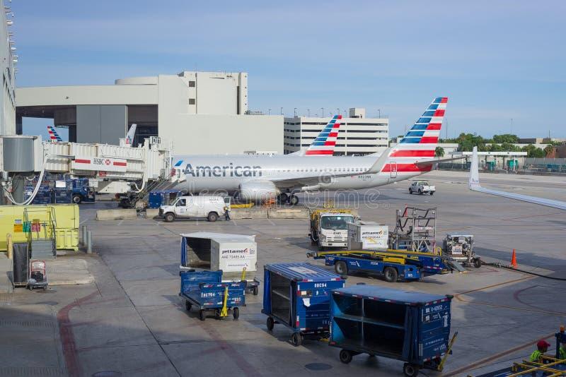 Aviões de American Airlines estacionados no aeroporto internacional de Miami fotos de stock royalty free