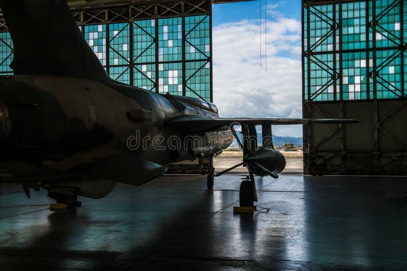 Aviões de bombardeiro militares americanos com as bombas estacionadas no hangar da base do aeroporto pronto para o ataque do voo imagens de stock