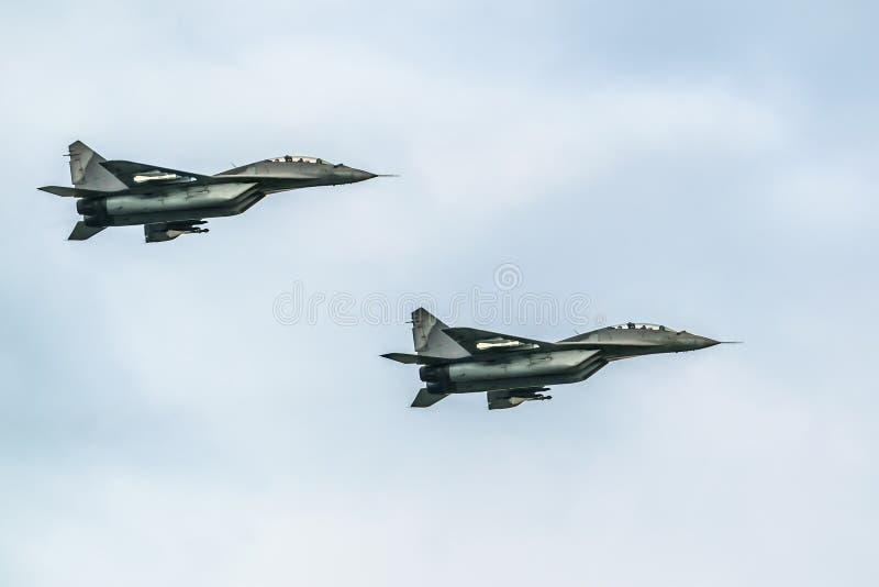 Aviões de combate mig-29 no fundo do céu azul imagem de stock royalty free