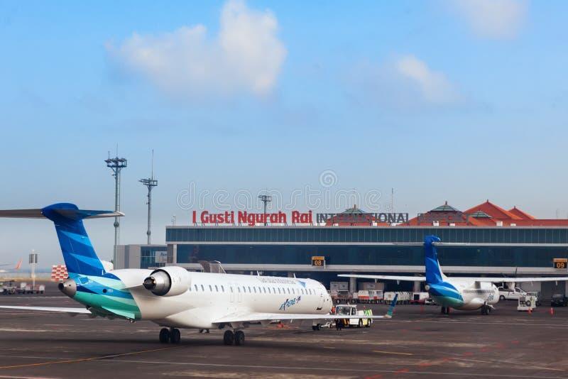 Aviões de Garuda no aeroporto internacional Ngurah Rai de Denpasar em Bali imagem de stock royalty free