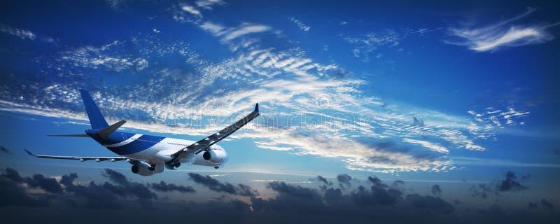 Aviões de jato em um céu no alvorecer fotos de stock royalty free