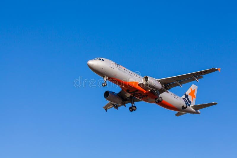 Aviões de Jetstar que aproximam-se à aterrissagem no aeroporto de Melbourne fotografia de stock royalty free