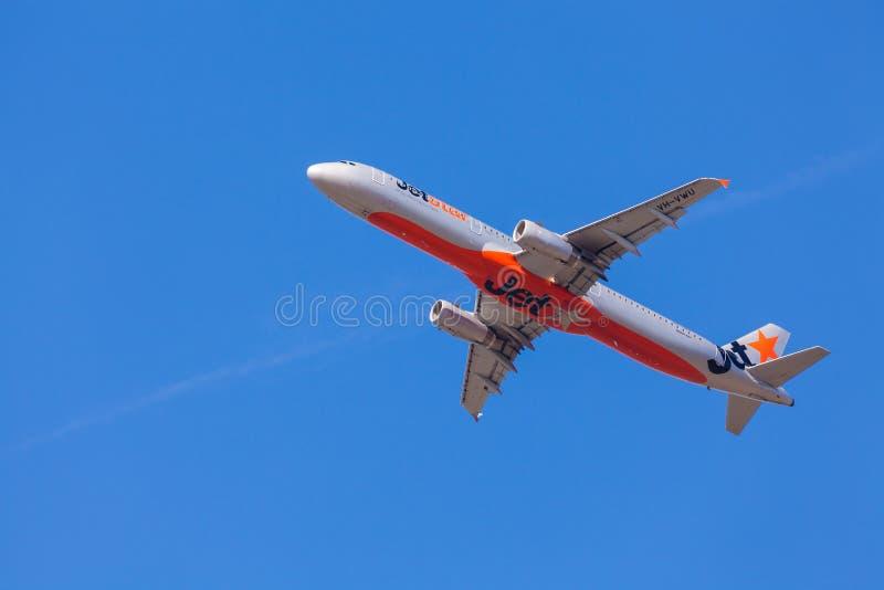 Aviões de Jetstar que aproximam-se à aterrissagem no aeroporto de Melbourne fotos de stock