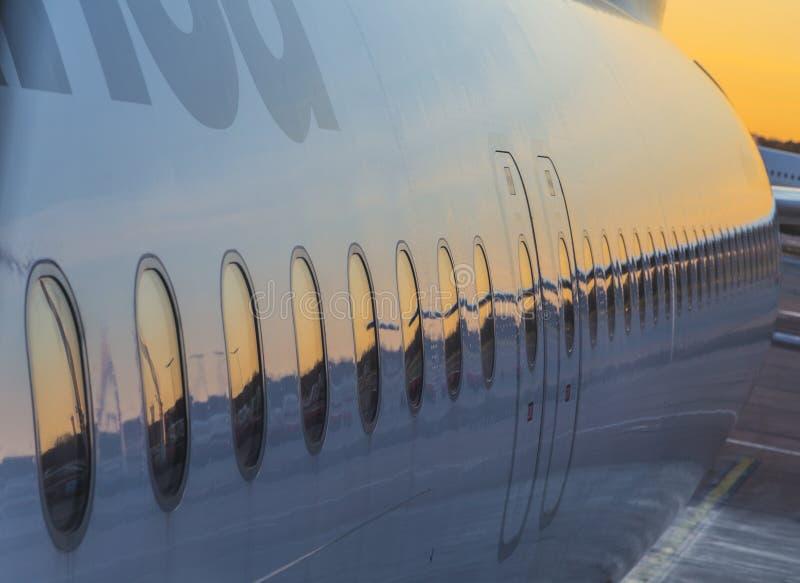 Aviões de Lufthansa na porta no terminal 2 imagens de stock royalty free