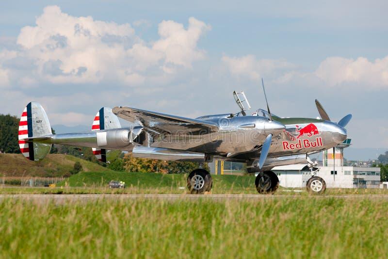 Aviões de lutador da segunda guerra mundial do relâmpago de Lockheed P-38 operados pela coleção de voo dos touros imagens de stock