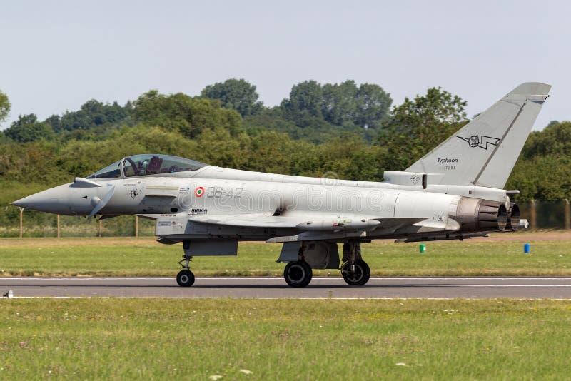 Aviões de lutador multirole MM7288 do tufão italiano de Aeronautica Militare Italiana Eurofighter EF-2000 da força aérea imagem de stock