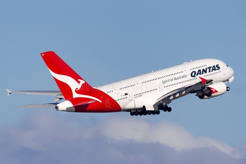 Aviões de passageiro engined de Qantas Airbus A380 grandes quatro que decolam de Sydney Airport imagem de stock