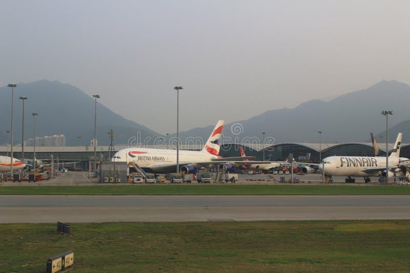 Aviões de passageiro na pista de decolagem de Hong Kong imagem de stock