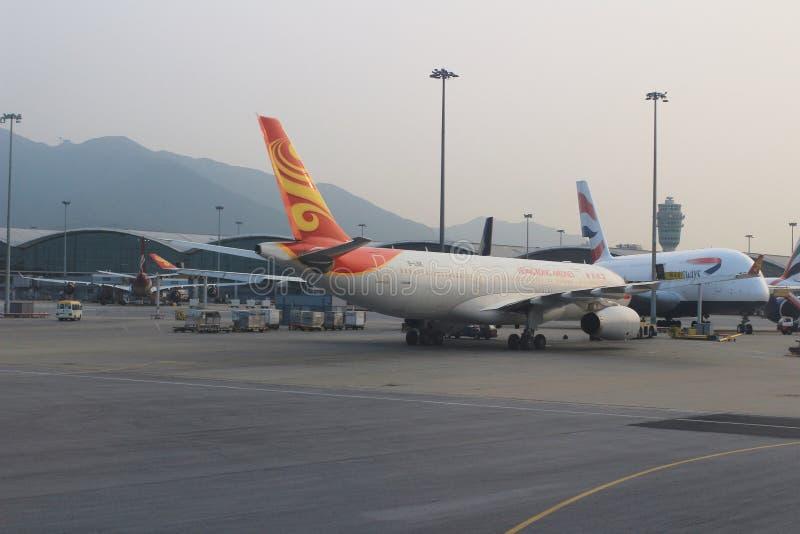 Aviões de passageiro na pista de decolagem de Hong Kong fotos de stock