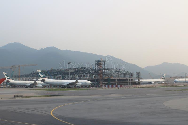 Aviões de passageiro na pista de decolagem de Hong Kong foto de stock royalty free