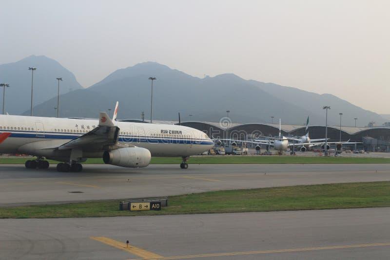 Aviões de passageiro na pista de decolagem de Hong Kong imagem de stock royalty free