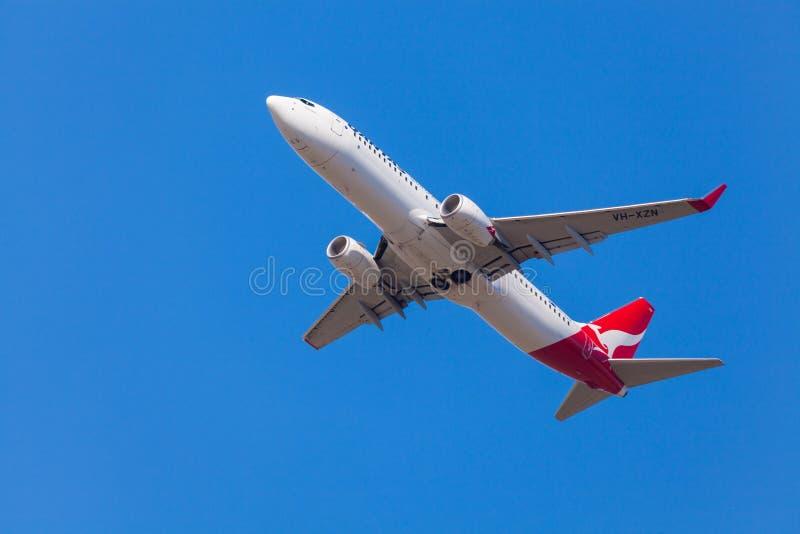 Aviões de Qantas que aproximam-se à aterrissagem no aeroporto de Melbourne foto de stock royalty free