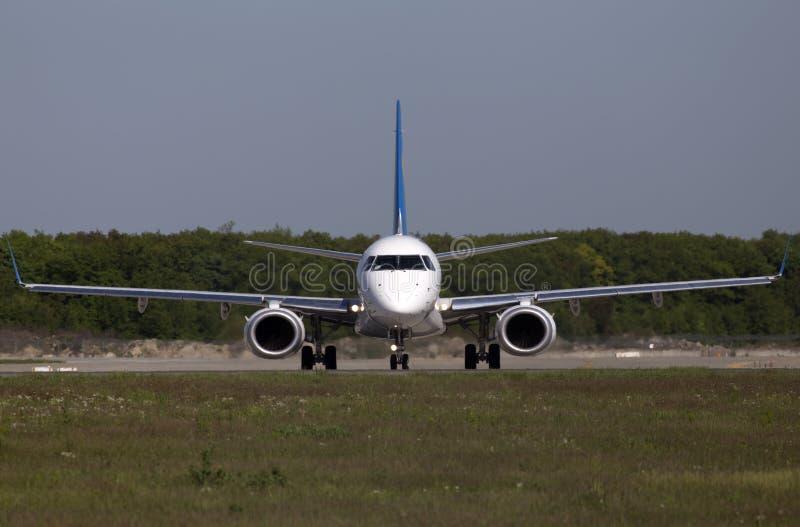 Aviões de Ukraine International Airlines Embraer ERJ190-100 que preparam-se para a decolagem da pista de decolagem fotos de stock royalty free