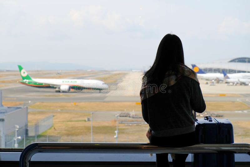Aviões de vista da mulher que chegam no aeroporto de Kansai fotos de stock royalty free