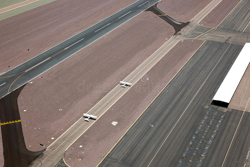 Aviões do único motor no taxiway imagens de stock royalty free