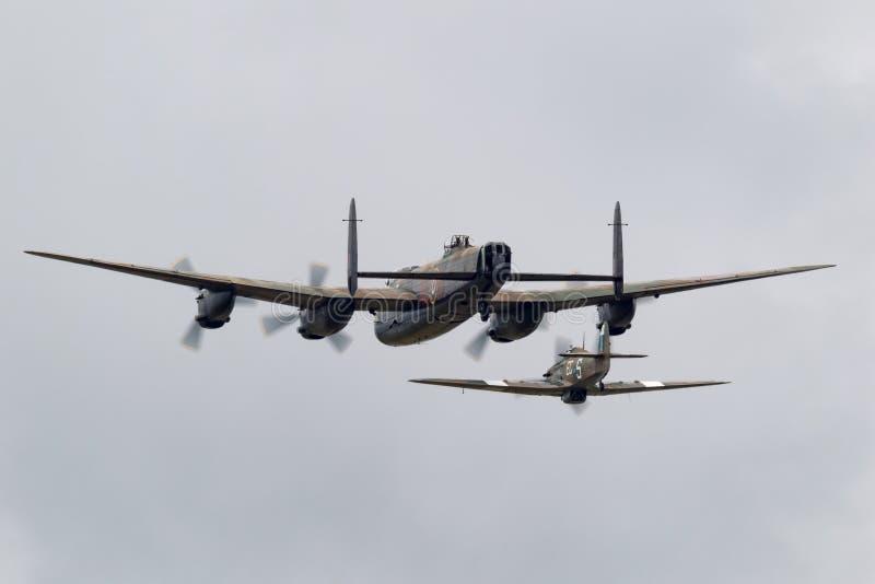 Aviões do bombardeiro PA474 de Avro Lancaster do voo de Royal Air Force RAF Battle Of Britain Memorial na formação com um vendedo foto de stock