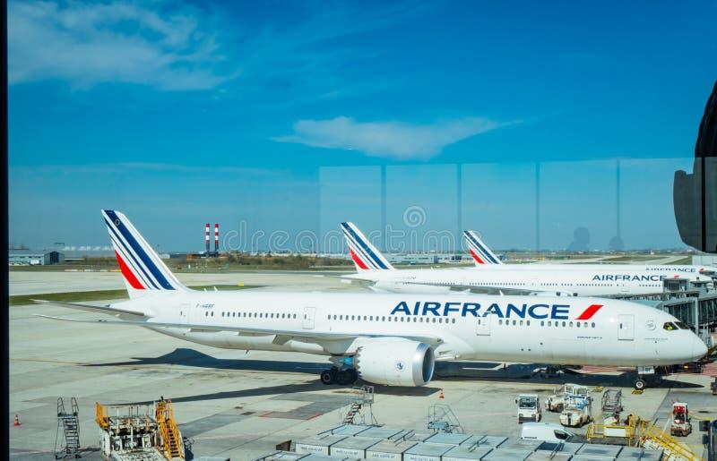 Aviões do embarcadouro da linha aérea de Air France no aeroporto de Paris Charles de Gaulle Avião de Air France com céu azul e as imagens de stock