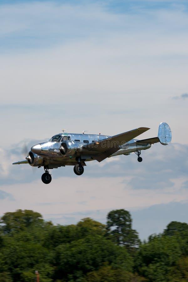 Aviões do motor do gêmeo da faia G18S N45CF do vintage com revestimento natural altamente lustrado do metal imagens de stock
