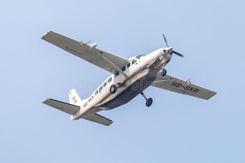 Aviões do plano ou da hélice da caravana grande de Cessna 208B do kiri de HS-SKR Soneva na aterrissagem do céu ao aeroporto de Su imagem de stock