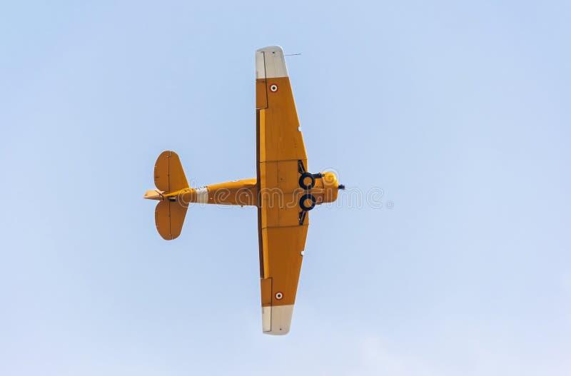 Aviões do vintage de Harvard que executam conluios do meio do ar fotografia de stock