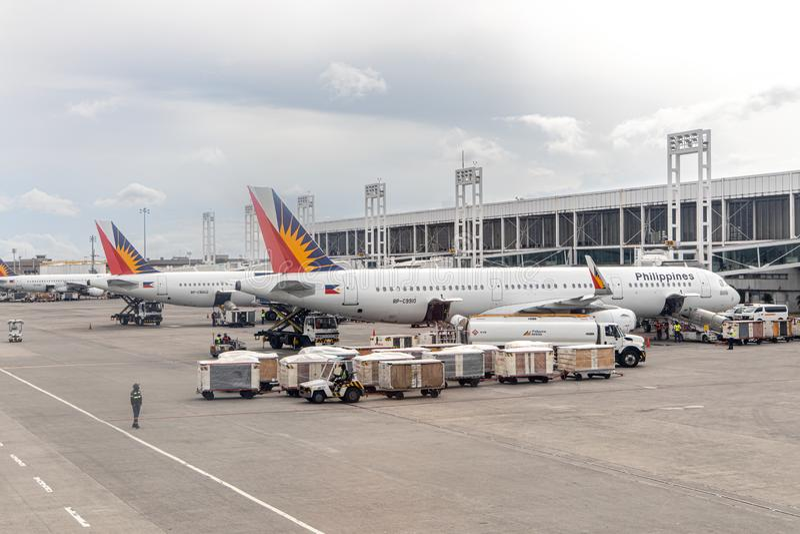 Aviões filipinos da linha aérea que preparam-se para embalar passageiros, Manila, Filipinas, o 18 de julho de 2019 foto de stock