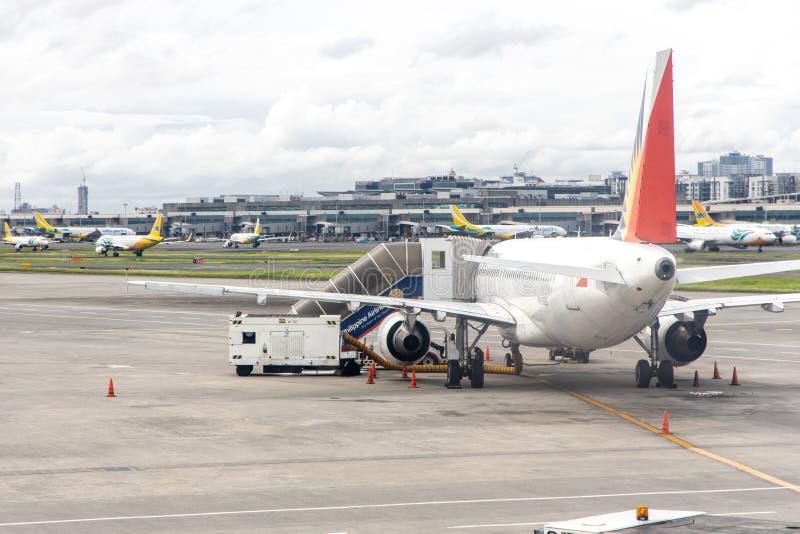 Aviões filipinos da linha aérea que preparam-se para embalar passageiros, Manila, Filipinas, o 18 de julho de 2019 fotografia de stock royalty free