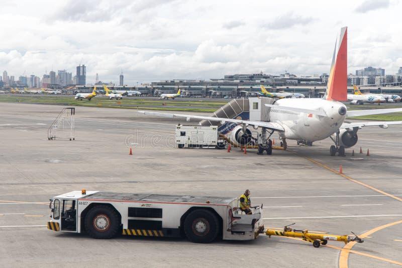 Aviões filipinos da linha aérea que preparam-se para embalar passageiros, Manila, Filipinas, o 18 de julho de 2019 fotos de stock