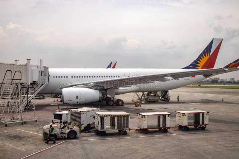 Aviões filipinos da linha aérea que preparam-se para embalar passageiros, Manila, Filipinas, o 21 de julho de 2019 imagens de stock