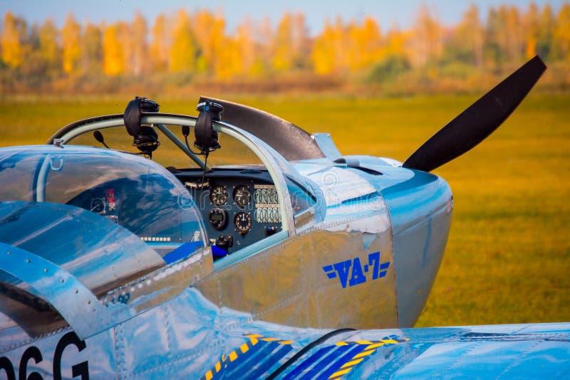 Aviões leves na cabina do piloto da decolagem foto de stock