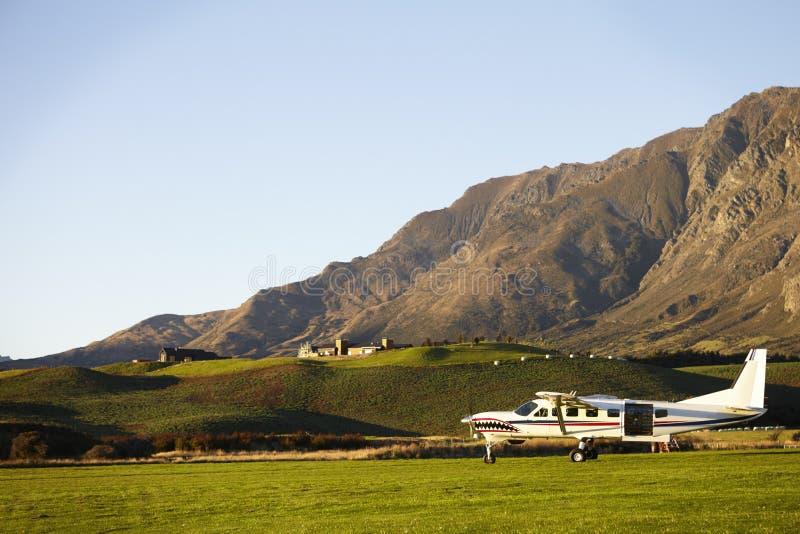 Aviões leves usados saltando em queda livre no campo de Nova Zelândia foto de stock royalty free