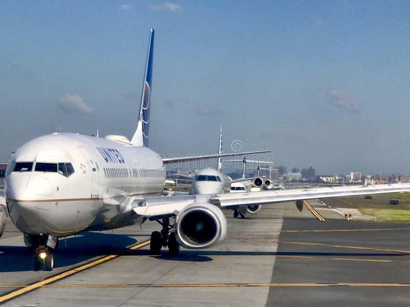 Aviões na linha imagens de stock royalty free