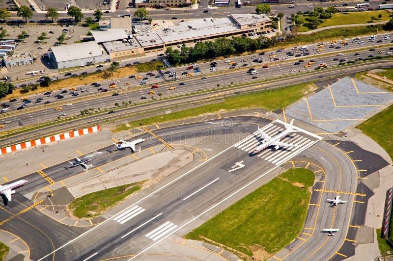 Aviões na pista de decolagem fotos de stock