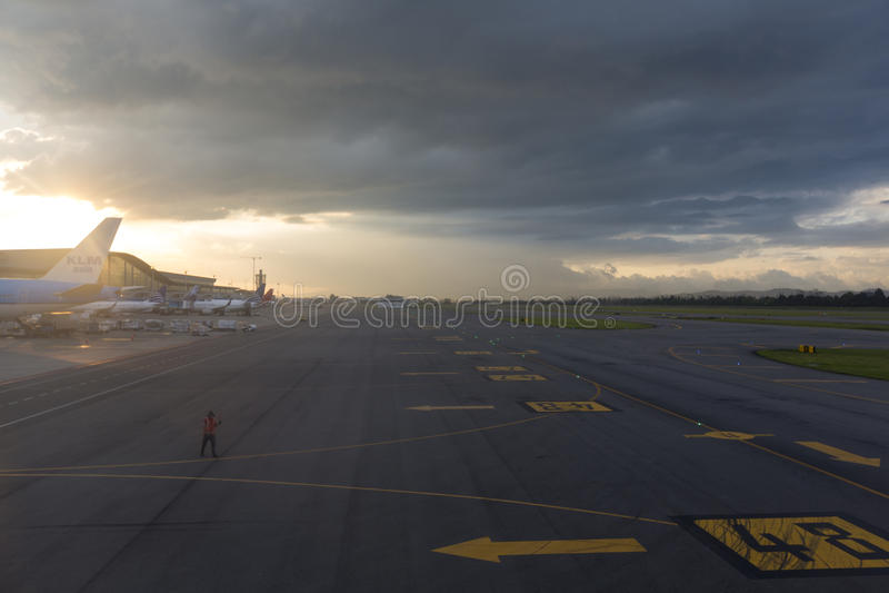 Aviões na pista de decolagem do aeroporto de Bogotá, Colômbia imagem de stock