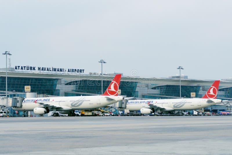 Aviões no aeroporto de Ataturk, Istambul, Turquia imagens de stock
