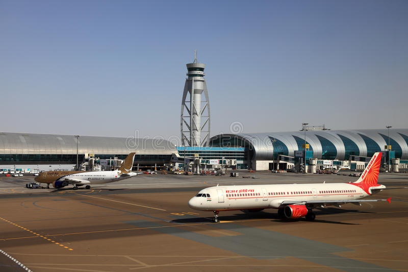 Aviões no aeroporto de Dubai foto de stock royalty free