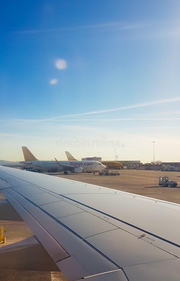 Aviões no aeroporto em uma manhã fria, foto tomada do plano na pista de decolagem imagens de stock