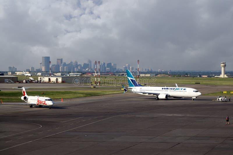 Aviões no aeroporto internacional de YYC Calgary fotografia de stock
