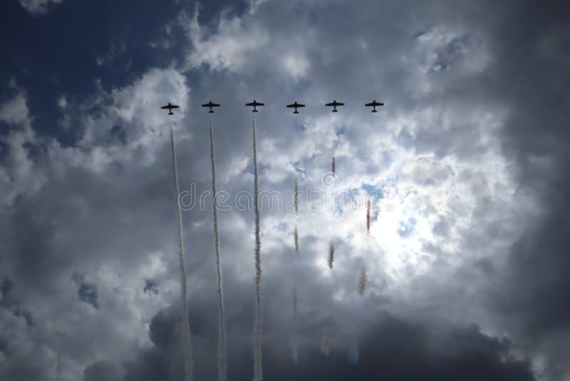 Aviões no airshow A equipe Aerobatic executa o festival aéreo do voo Divertimento Airshow de Sun n Instituto de formação da aviaç foto de stock
