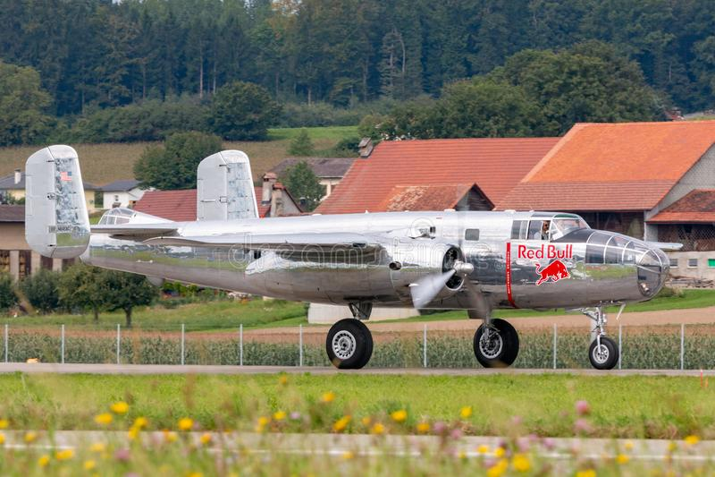 Aviões norte-americanos do vintage B-25 Mitchell Bomber da segunda guerra mundial operados pela coleção de voo dos touros imagens de stock