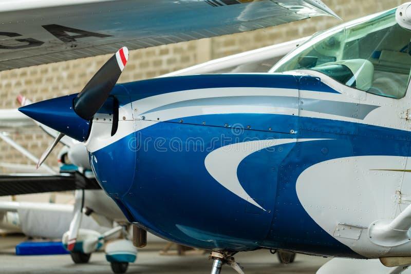 Aviões pequenos do esporte estacionados no hangar, fim acima detalhe fotos de stock royalty free