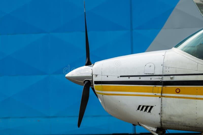 Aviões pequenos do esporte estacionados no hangar, fim acima detalhe foto de stock royalty free