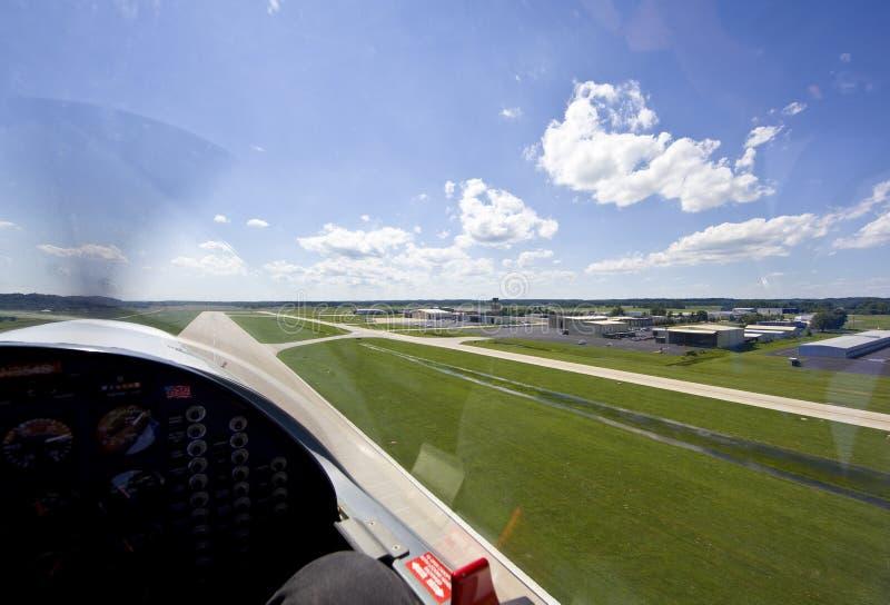 Aviões pequenos que descolam da pista de decolagem fotografia de stock