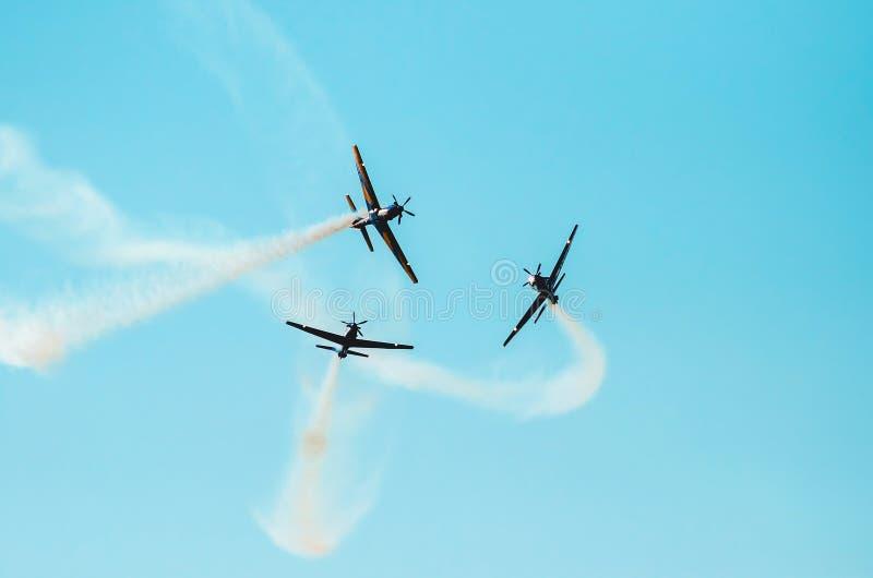 Aviões que voam perto em uma manobra acrobática fotografia de stock royalty free