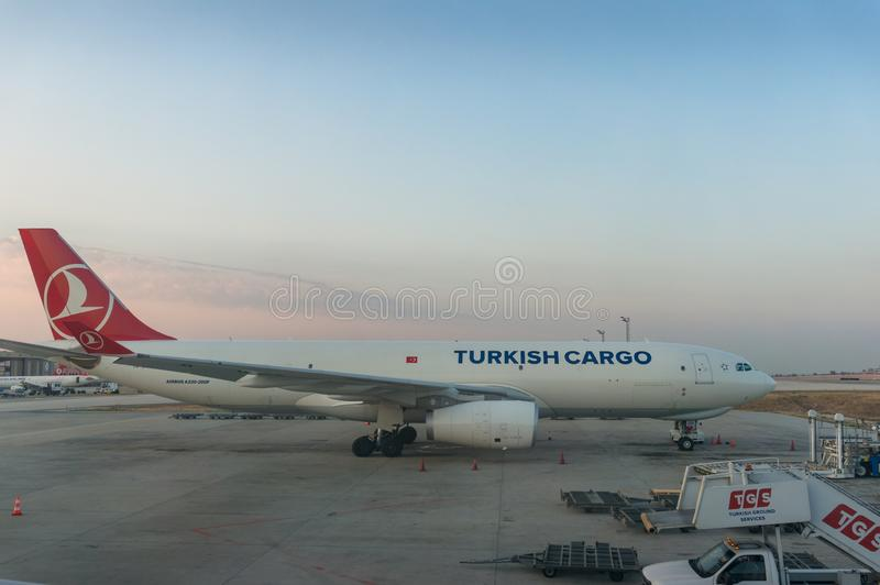 Aviões turcos da carga, plano no aeroporto de Istambul Ataturk imagens de stock royalty free