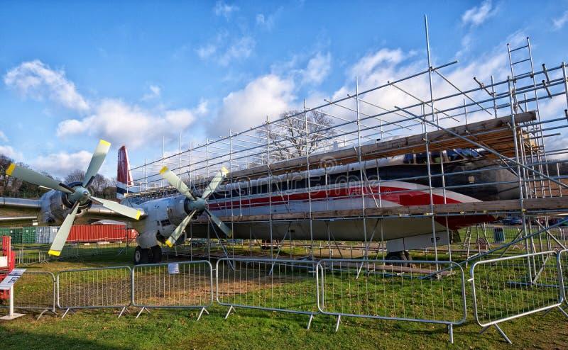 Aviões velhos cercados pelo andaime Manutenção de aviões, Brooklands, Surrey imagens de stock