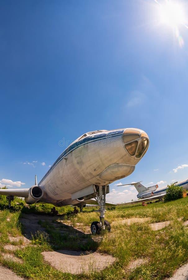 Aviões velhos Tu-104 do russo em um aeródromo abandonado fotografia de stock
