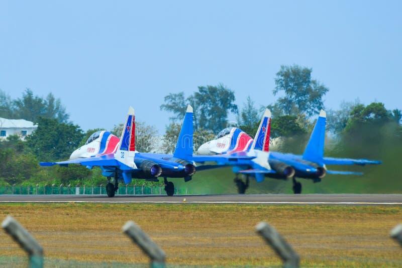 Avi?es de combate de Su-30SM que taxiing na pista de decolagem imagens de stock